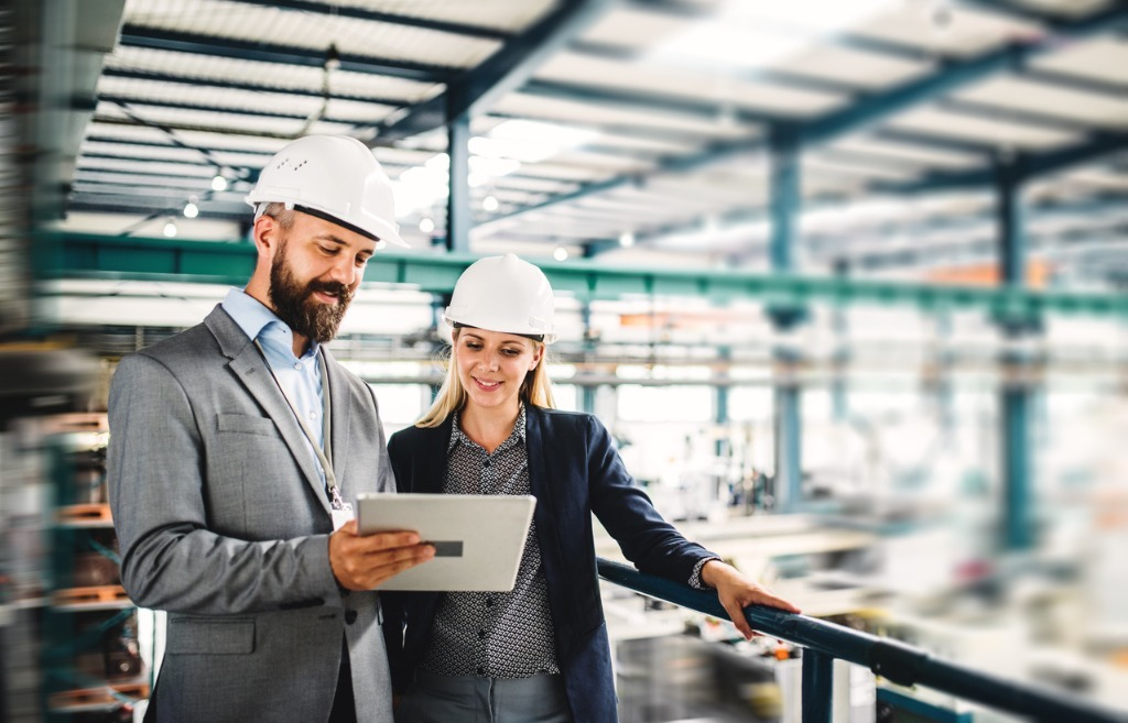 portrait-of-an-industrial-man-and-woman-engineer-with-tablet-in-a-picture-id1059971802 Kopie